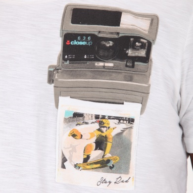 Playera con Pocket Estampado de Camara Vintage